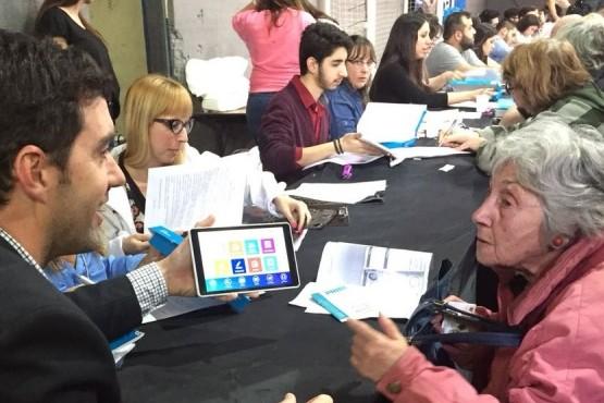 Basavilbaso y Rodríguez Larreta entregaron la tablet 100.000 del programa +simple