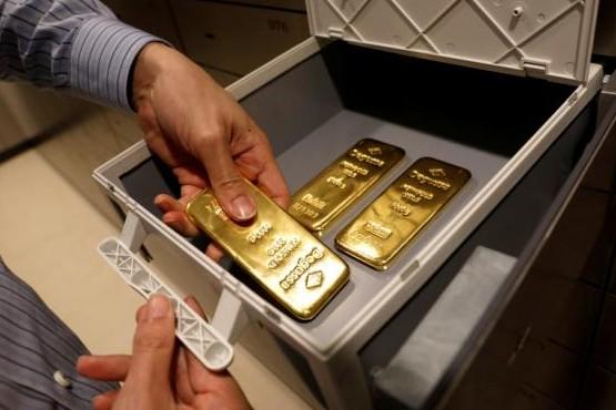 Un limpiador encontró lingotes de oro en la basura