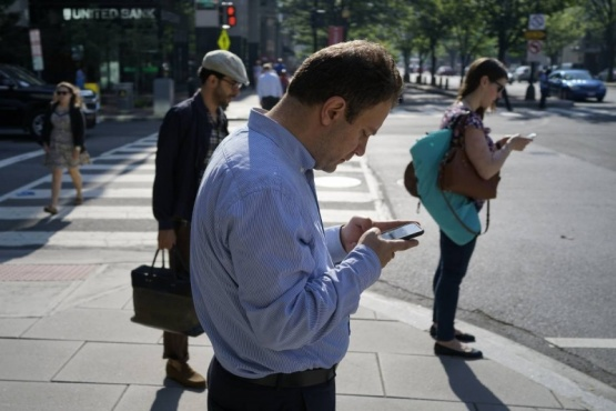 """Preocupan los nuevos """"peatones tecnológicos"""""""