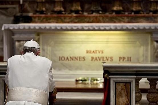 Francisco rezó ante la tumba de San Juan Pablo II