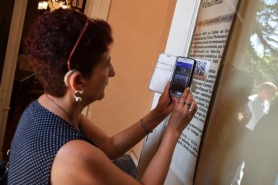 Códigos QR abren nuevos horizontes culturales a personas sordas