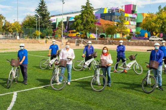 Profesores de educación física asisten a los adultos mayores