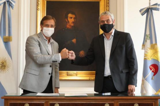 Suarez firmó convenios con Ferraresi que comprometen la construcción de 1.000 viviendas en la provincia